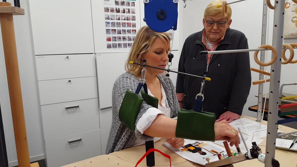 Entlastung des Oberarms durch Armschlingen, Hilfsarm, zur schmerzfreien Rehabiliation und Ergotherapie